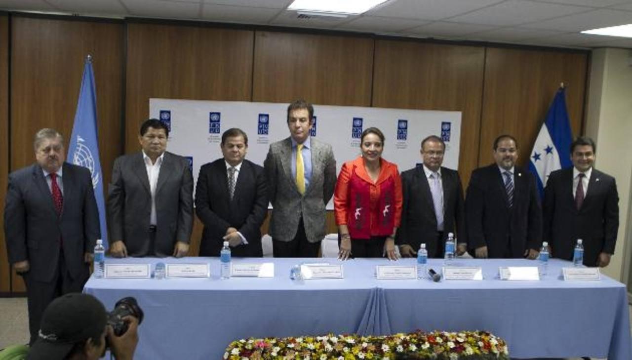 Los candidatos a la presidencia hondureña durante un acto del PNUD. Al centro Xiomara Castro, esposa de Zelaya. edh/archivo