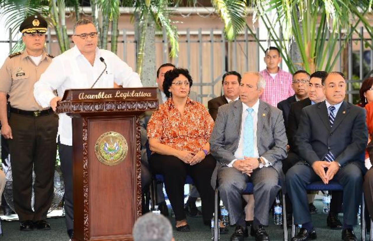 Presidente Mauricio Funes (a la izquierda) junto a diputados del FMLN. Foto EDH / mario amaya