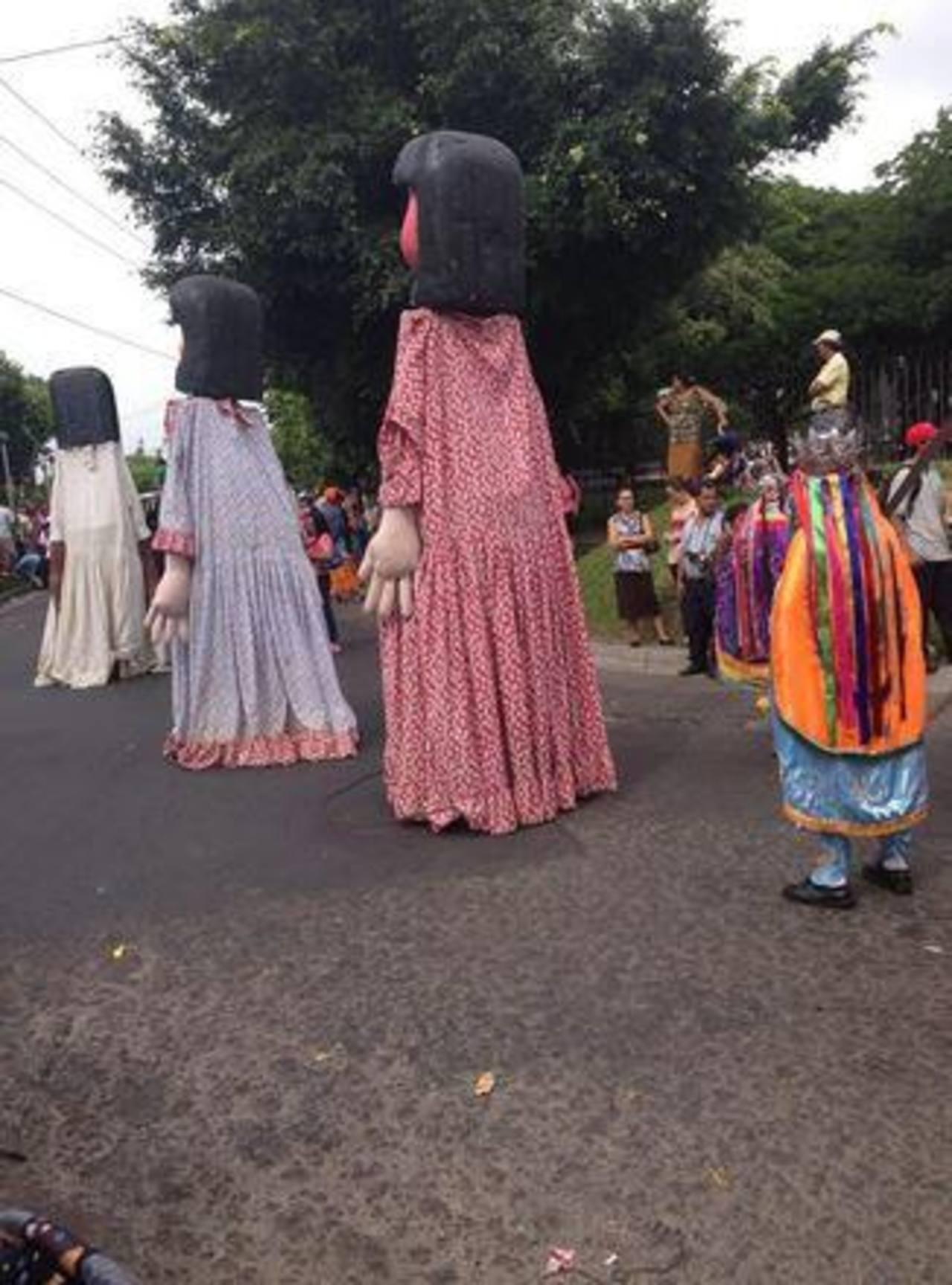 Las gigantas de Jocoro alegraron el desfile del Correo. FOTO EDH cortesía Saúl Doradea.