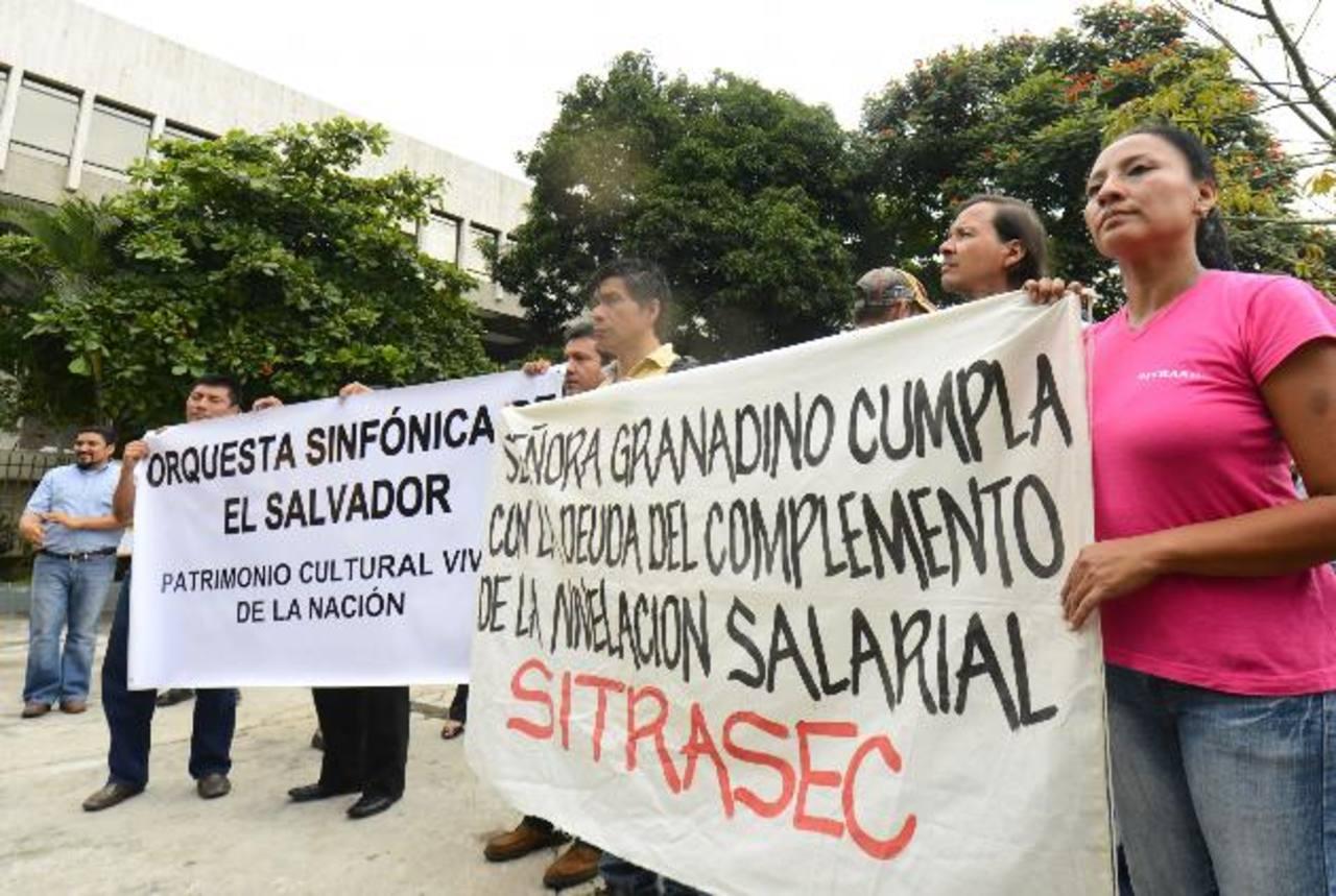 Empleados de distintas áreas de la Secultura llegaron a la Asamblea Legislativa. Foto EDH / Marvin Recinos