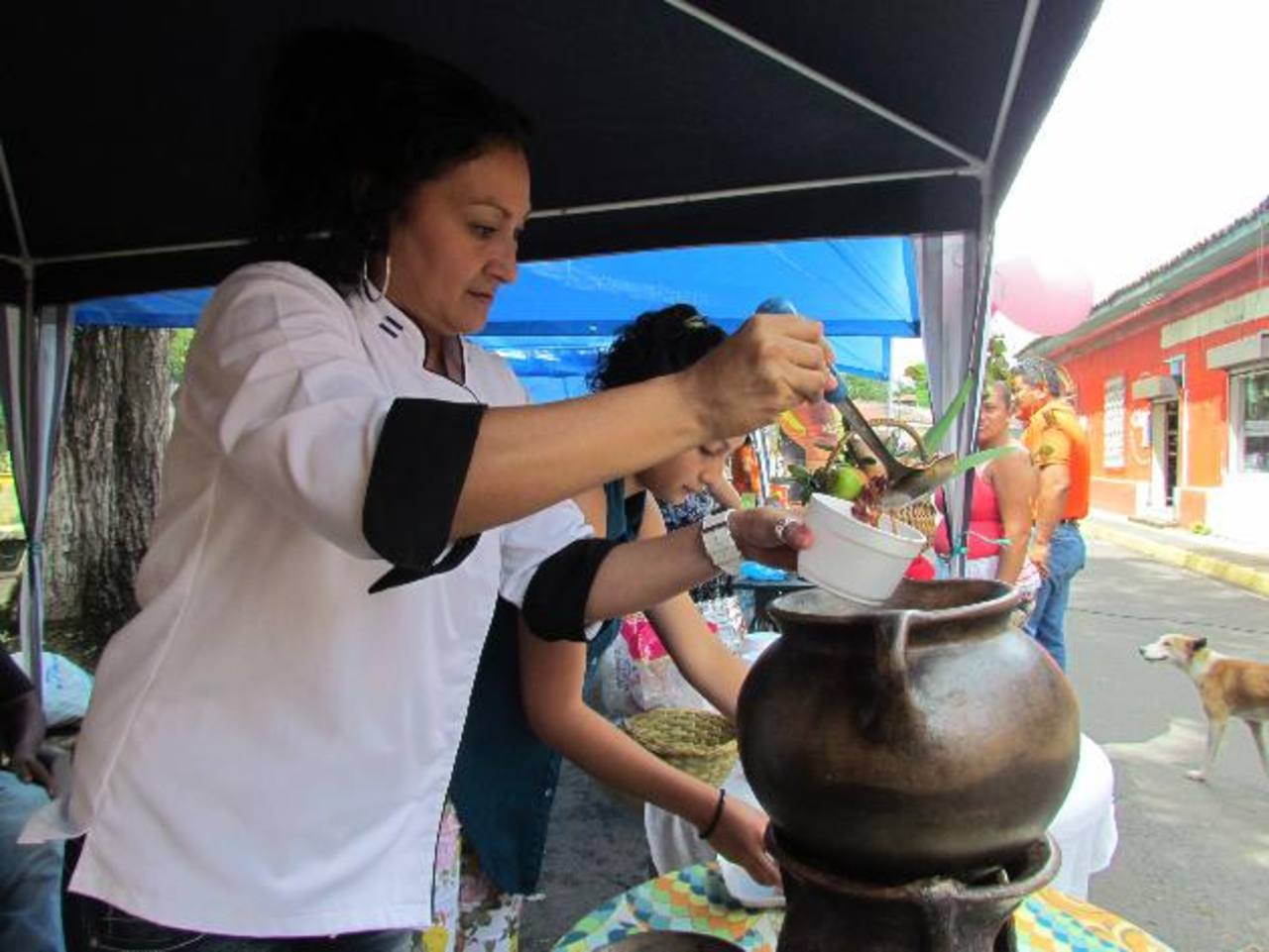 Los asistentes disfrutar de los platillos que fueron elaborados con frijoles, explicaron los organizadores. Fotos EDH / Mauricio Guevara