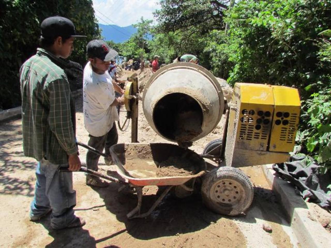 La alcaldía de El Congo realiza la reparación de un nuevo tramo de la calle antigua al lago de Coatepeque.