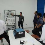El profesor Óscar Rauda explica a estudiantes dentro de los nuevos laboratorios.