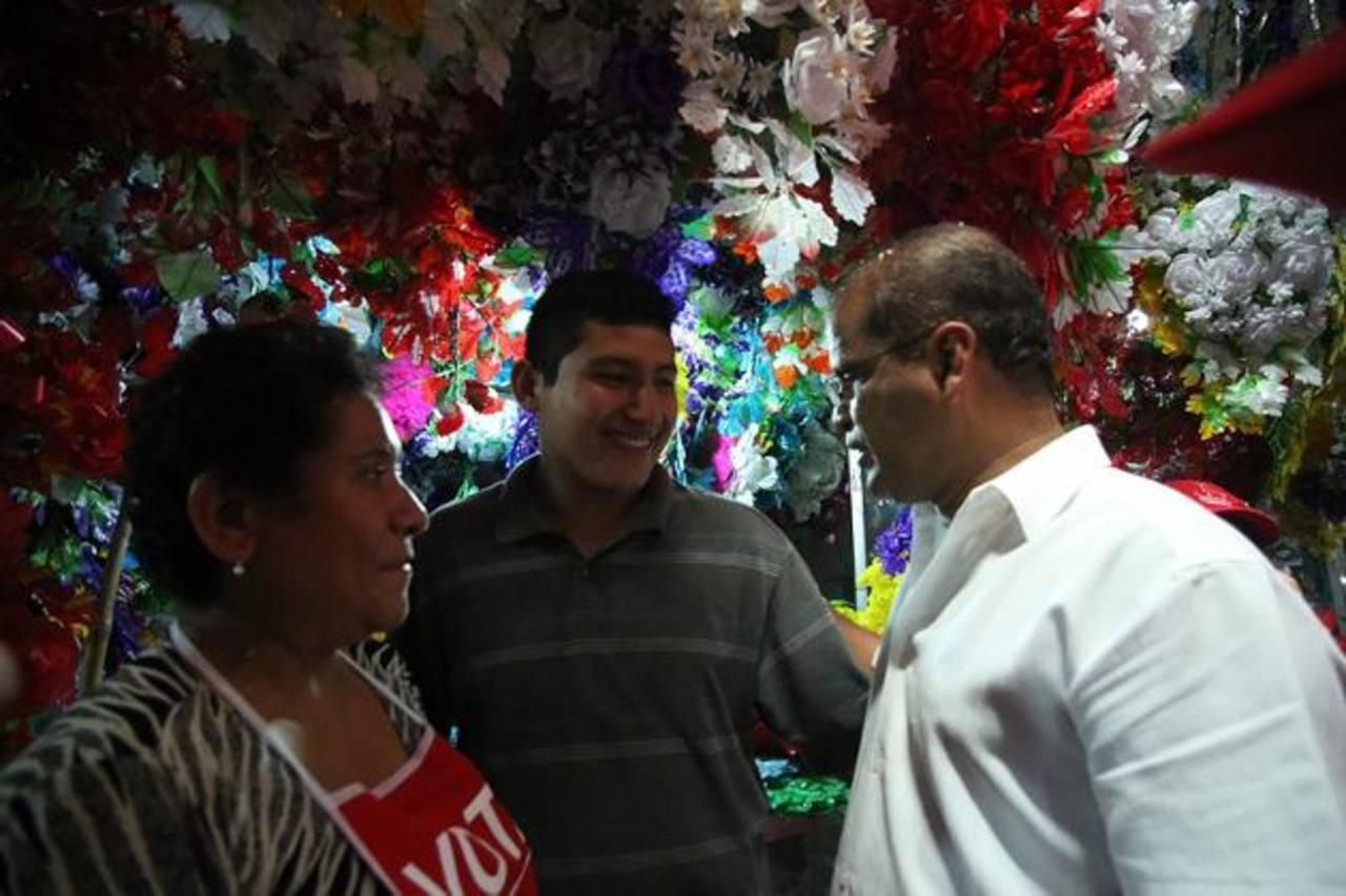 Ortiz conversa con vendedores de flores en el centro de abastos ubicado al nor-oriente de la capital, sobre la Avenida Monseñor Romero. Foto EDH /cortesía