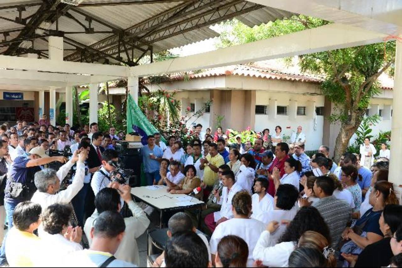 Ayer sindicalistas y empleados del hospital Zacamil informaron que continuarían con la huelga. Foto EDH / René estrada