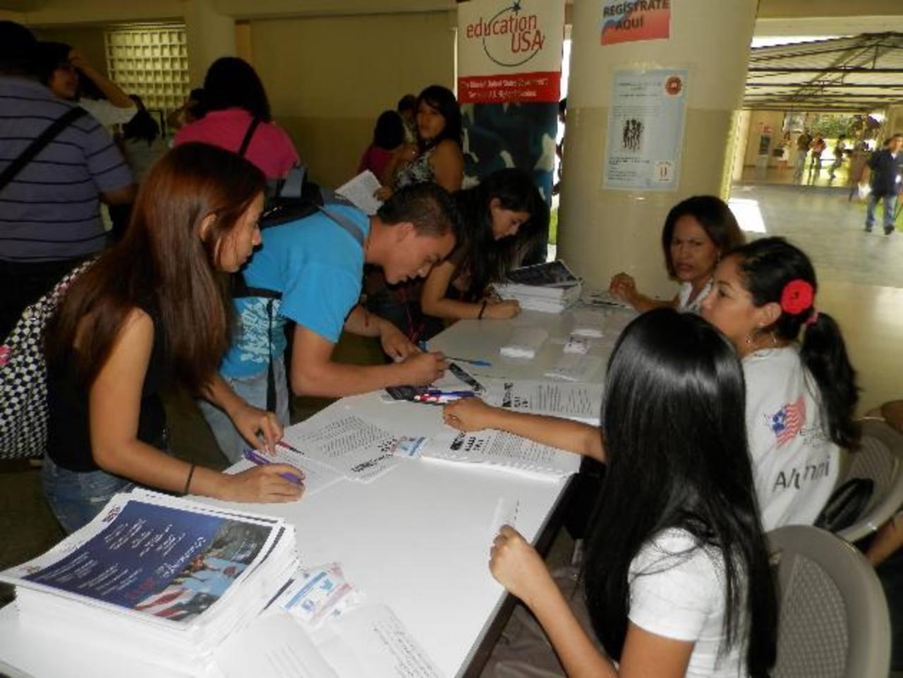 Cientos de jóvenes participaron en la feria que logró reunir a 10 universidades de los Estados Unidos. Foto EDH / milton jaco