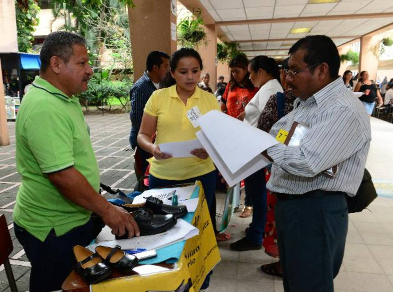Los directores de escuelas de San Salvador contrataron ayer a los proveedores de calzado. Foto EDH / René ESTRADA