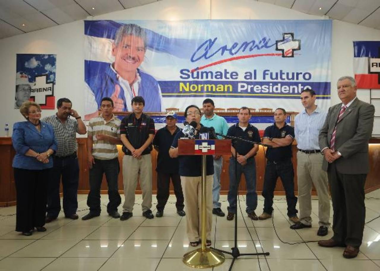 Los nueve concejales se inscribieron ayer como nuevos miembros del partido tricolor y se comprometieron en apoyar la campaña de Norman Quijano. Foto EDH / Marlon Hernández