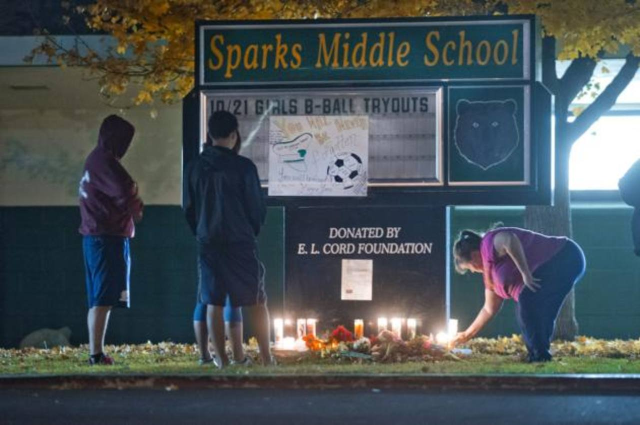 Vecinos expresan su pésame por la muerte de Michael Landsberry, el profesor de 45 años que fue asesinado. foto edh / AP