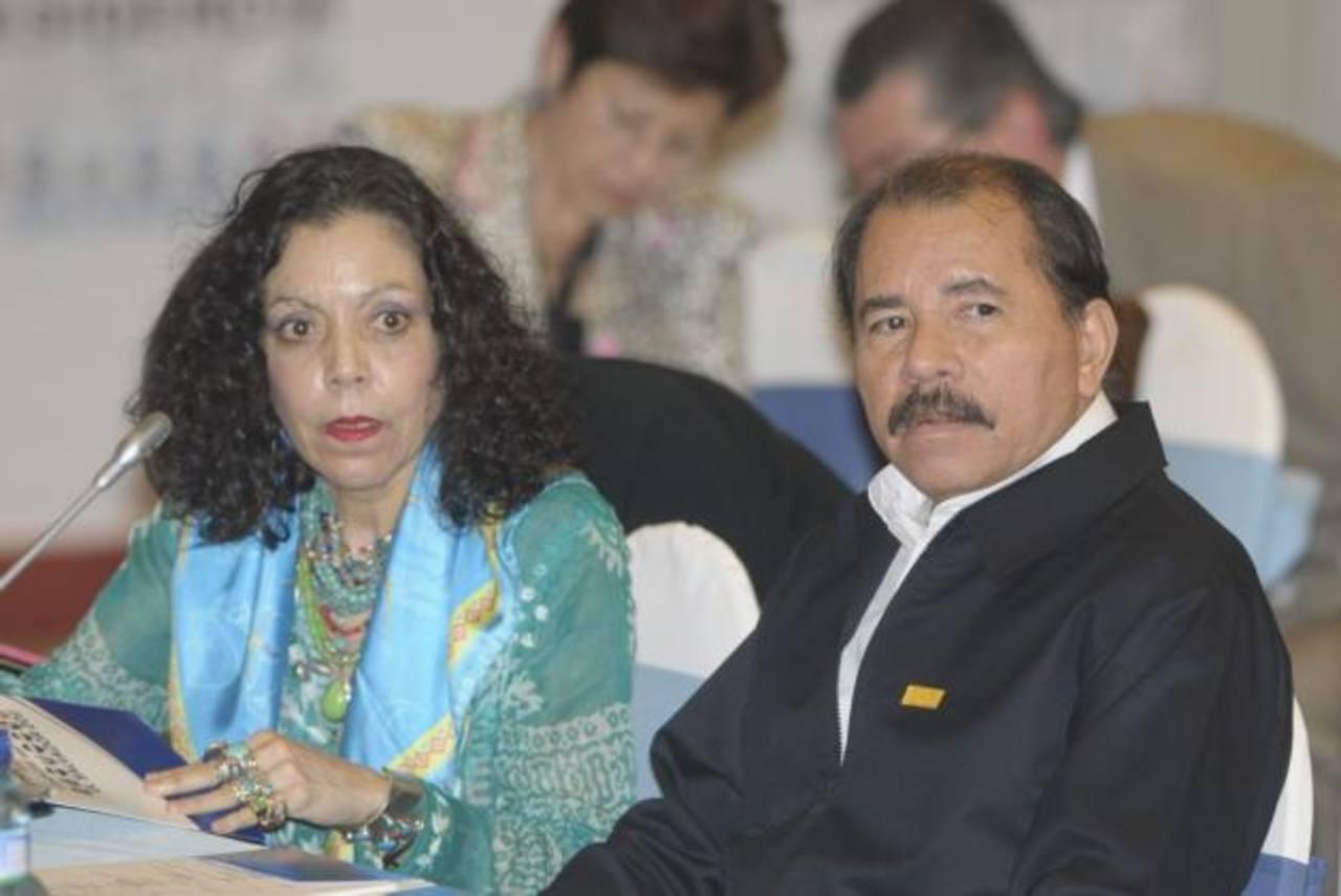 El gobernante nicaragüense, Daniel Ortega (i) y su esposa, la Primera Dama, Rosario Murillo. foto edh / archivo