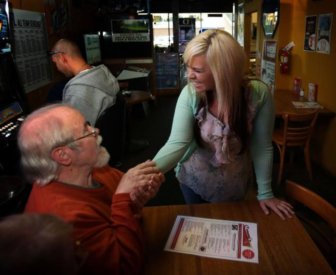 Uno de los clientes felicita a la afortunada Aurora Kephart