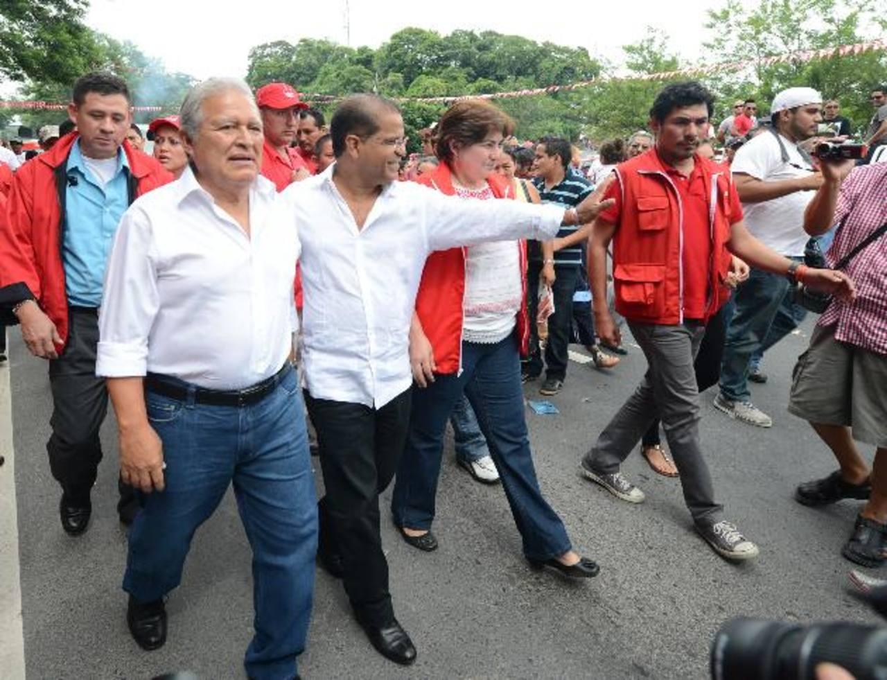 Salvador Sánchez Cerén y Óscar Ortiz visitaron ayer el municipio de San Rafael Cedros, en Cuscatlán. Luego partieron para San Miguel y Usulután. Foto EDH / douglas urquilla