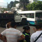 Un camión de volteo chocó contra un microbús de la ruta 44. Foto EDH/ Mauricio Pineda