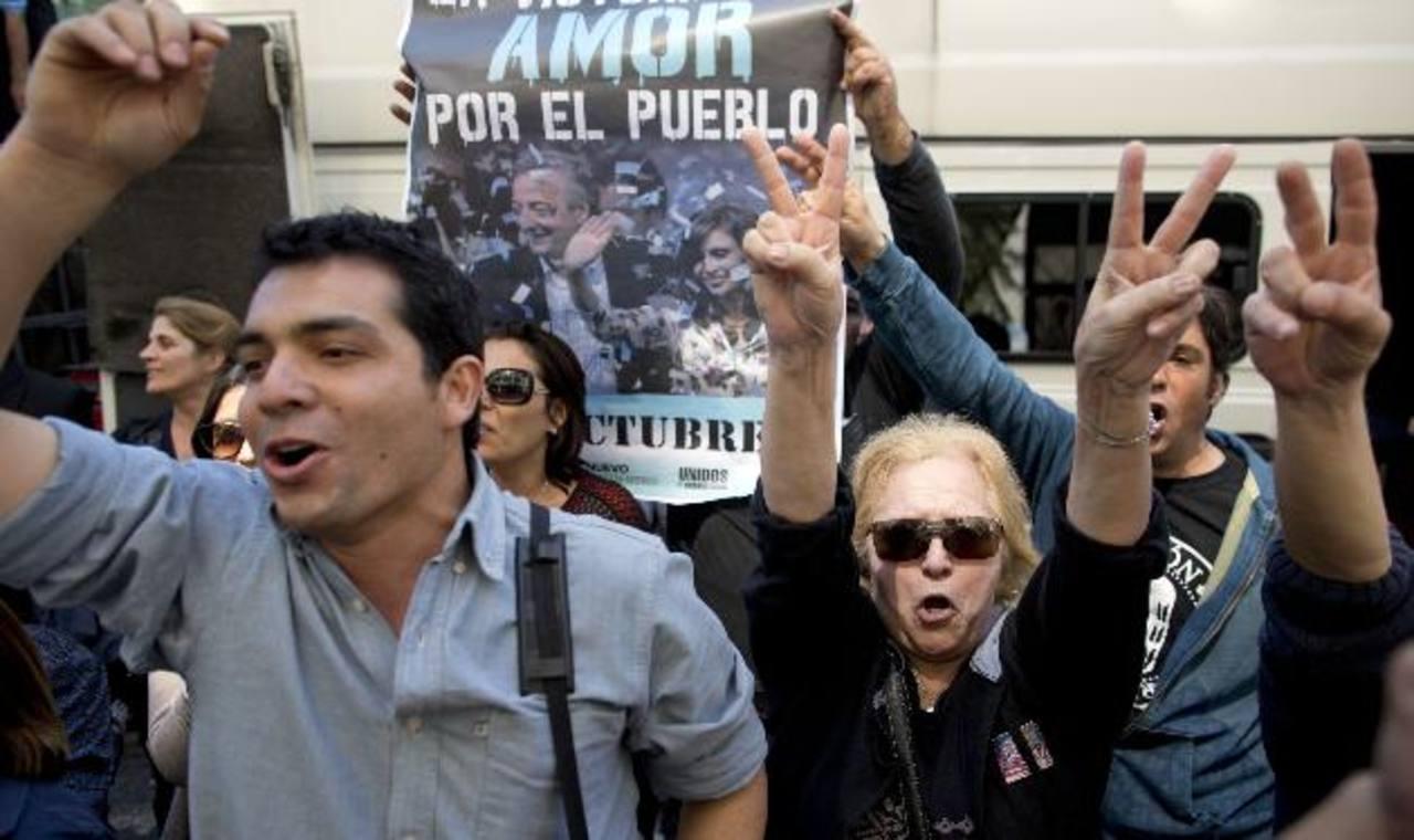 Simpatizantes con el gobierno argentino aguardan frente a la clínica privada donde la mandataria está ingresada. foto edh /AP