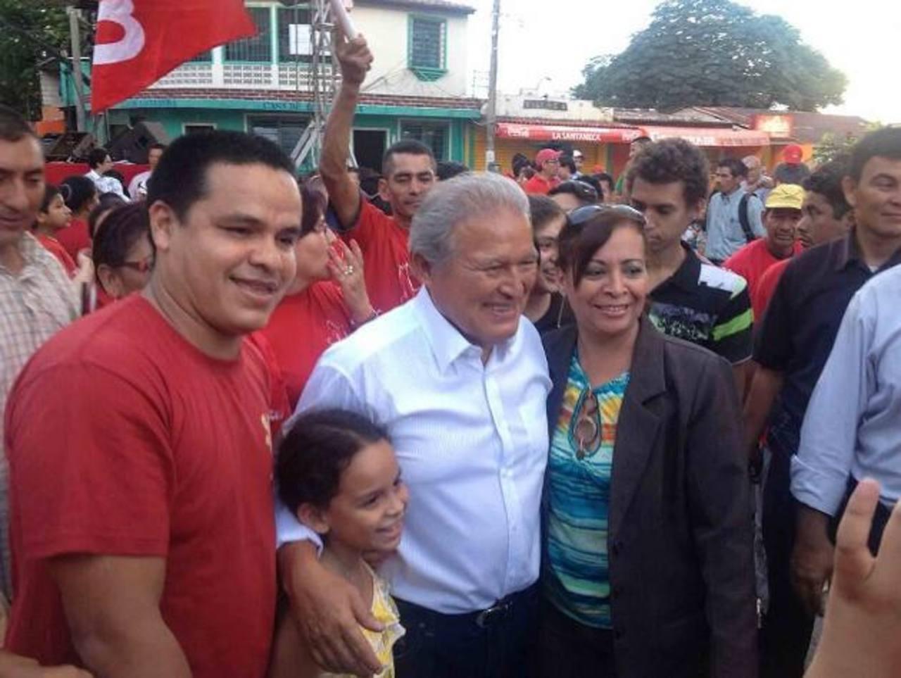 El aspirante a la presidencia de la república por el FMLN, captado en un recorrido de su campaña política. Foto EDH / archivo