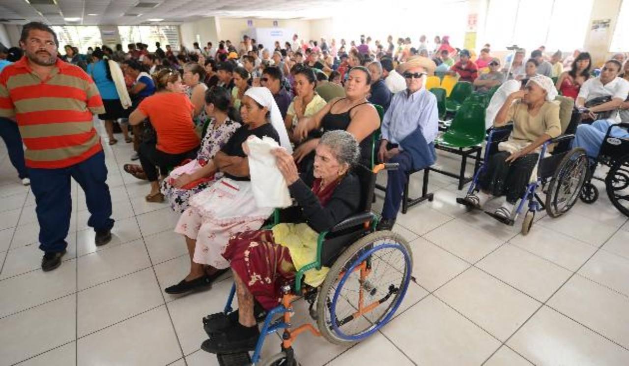 La consulta externa del hospital Rosales estuvo abarrotada de pacientes con cita o que buscaban recuperar las perdidas en los días que hubo huelga. Fotos EDH / Douglas Urquilla