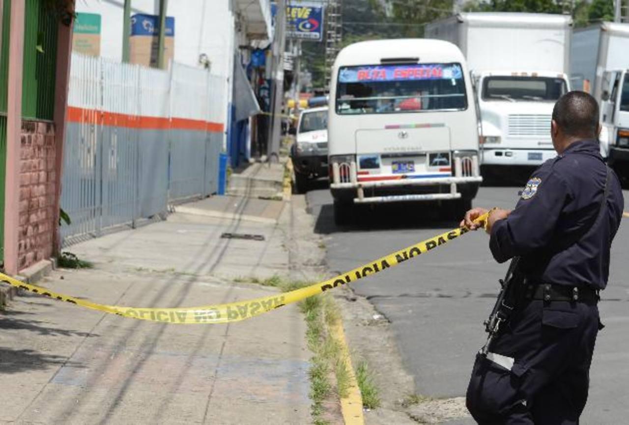 En Zaragoza, La Libertad, se registró un ataque armado dentro de un microbús de la ruta 26, que presta servicio entre ese municipio y San Salvador. Un cobrador de esa ruta murió. Foto EDH / Salomón Vásquez