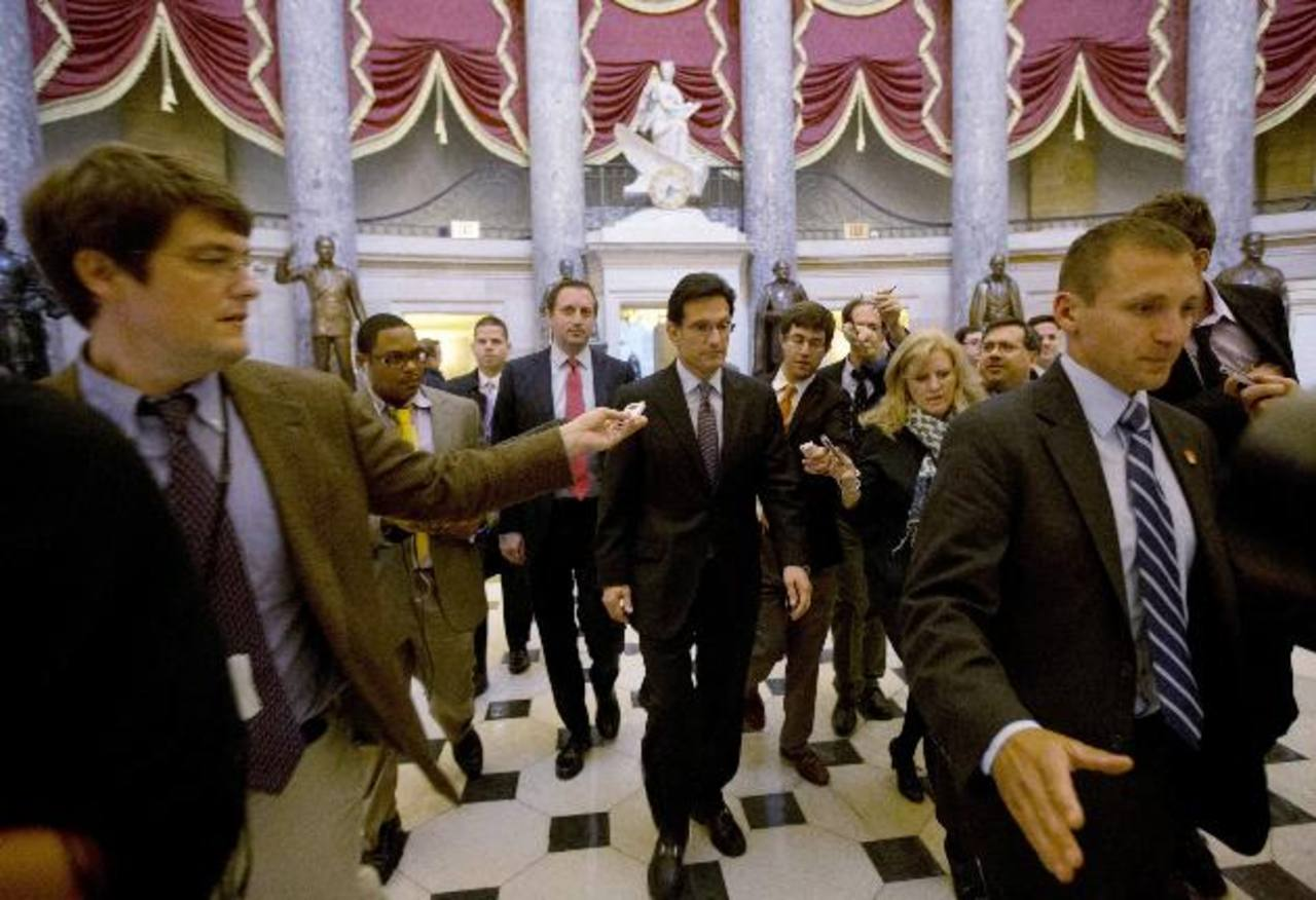 El líder de la mayoría republicana en la Cámara baja, Eric Cantor (C), es interrogado por periodistas en el Capitolio de EE.UU. en Washington, acerca de la reunión que tuvieron con Obama, pero no dio detalles. foto edh / Reuters