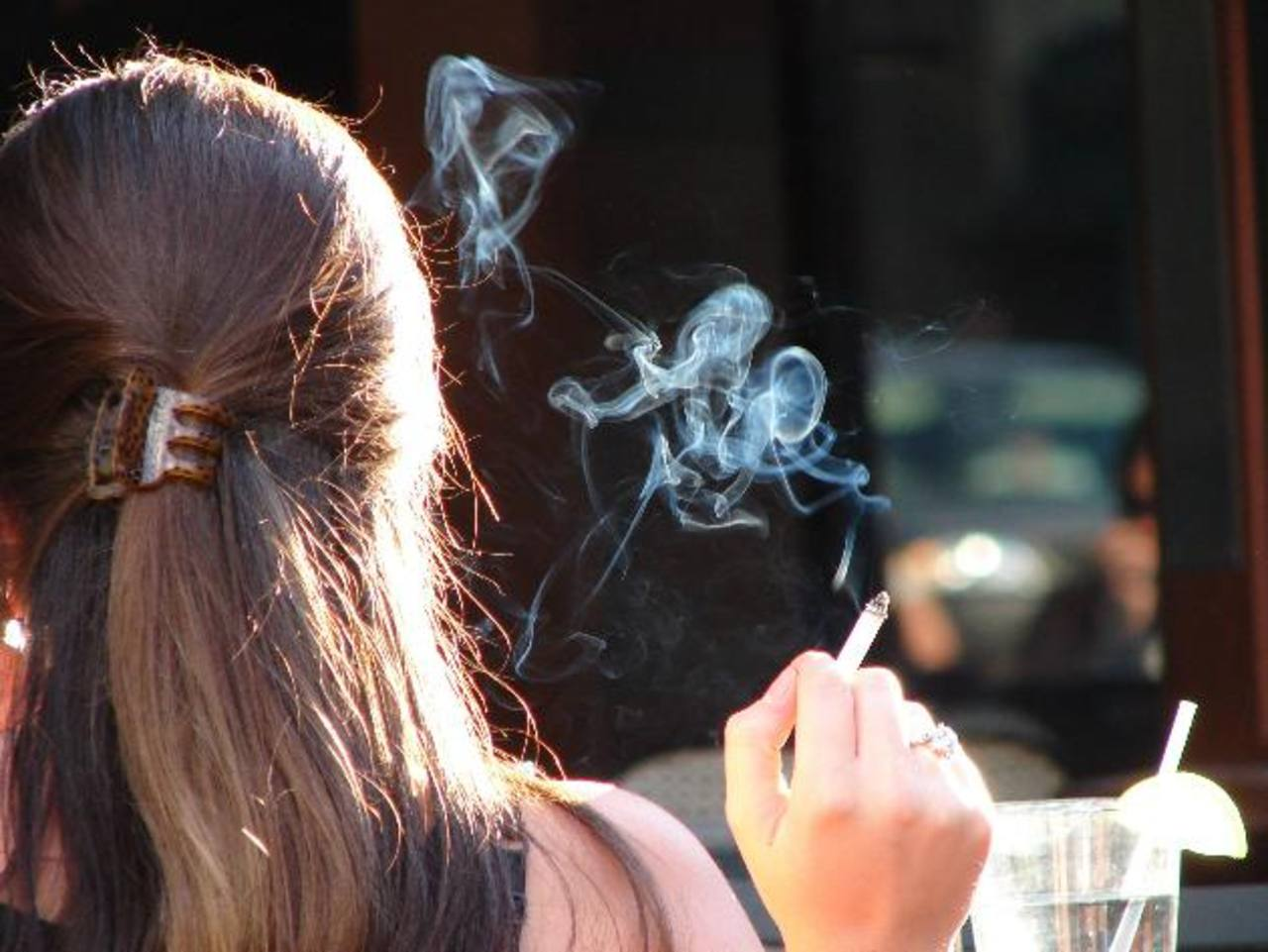 Según las autoridades, aproximadamente 16 % de los estudiantes de secundaria fumaba en 2011.