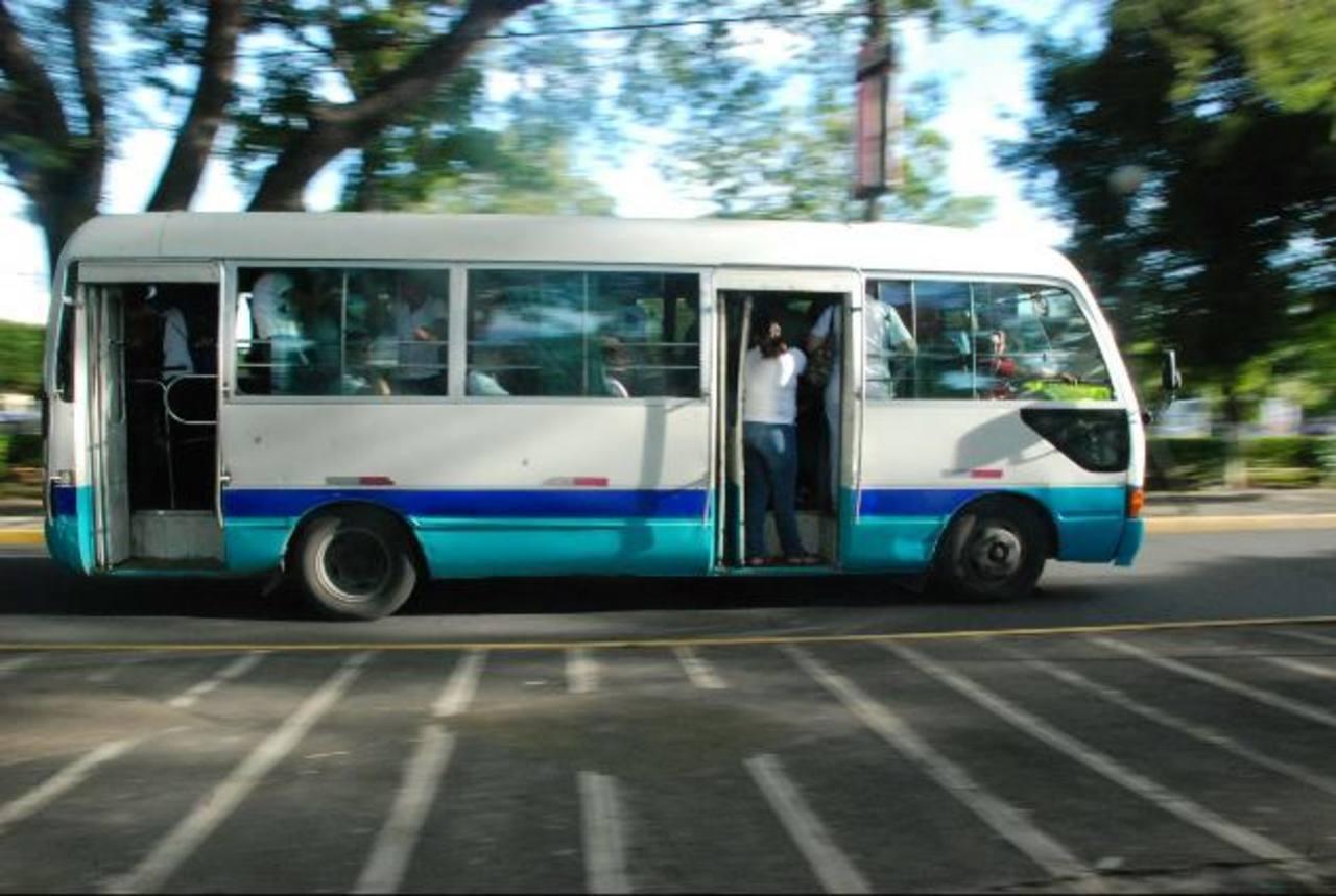 Para los usuarios de la ruta es normal viajar en las puertas, sobretodo en las horas pico. Autoridades policiales aseguran que es una práctica muy peligrosa. Fotos EDH / Lucinda Quintanilla