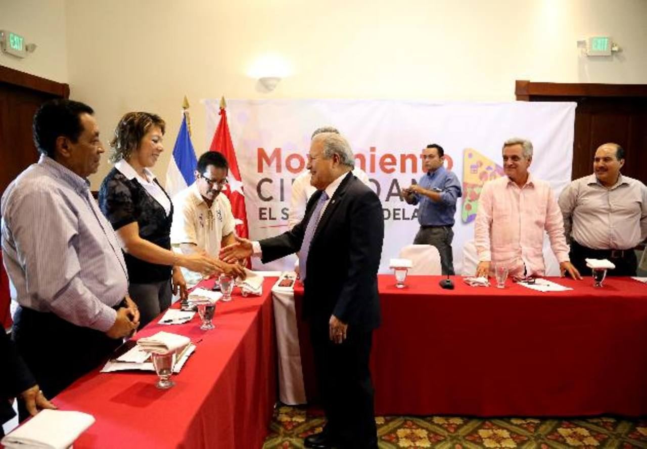 """Salvador Sánchez Cerén saluda a los miembros del Movimiento ciudadano """"El Salvador Adelante"""". foto edh / cortesía"""
