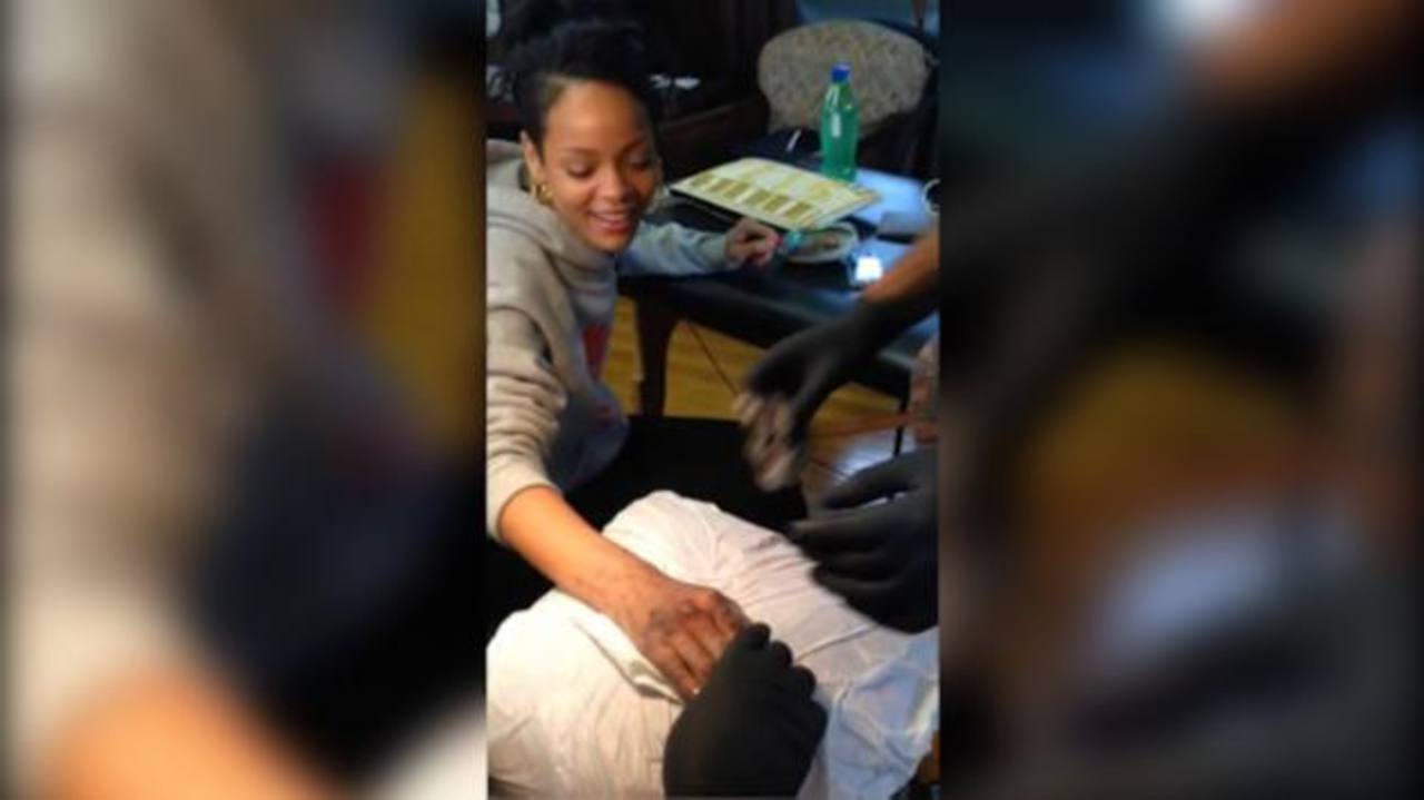 Video: Rihanna se tatúa con técnica maorí