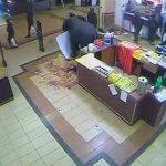 Cámaras de seguridad captaron momentos en que supuestos militares saqueaban una tienda del centro comercial de Nairobi tras el ataque armado del 21 de septiembre. Foto/ Reuters