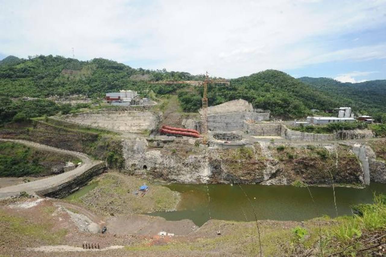Aspecto del proyecto El Chaparral sobre el río Torola. El gobierno hizo millonario pago por el trabajo inconcluso. Foto EDH/Archivo