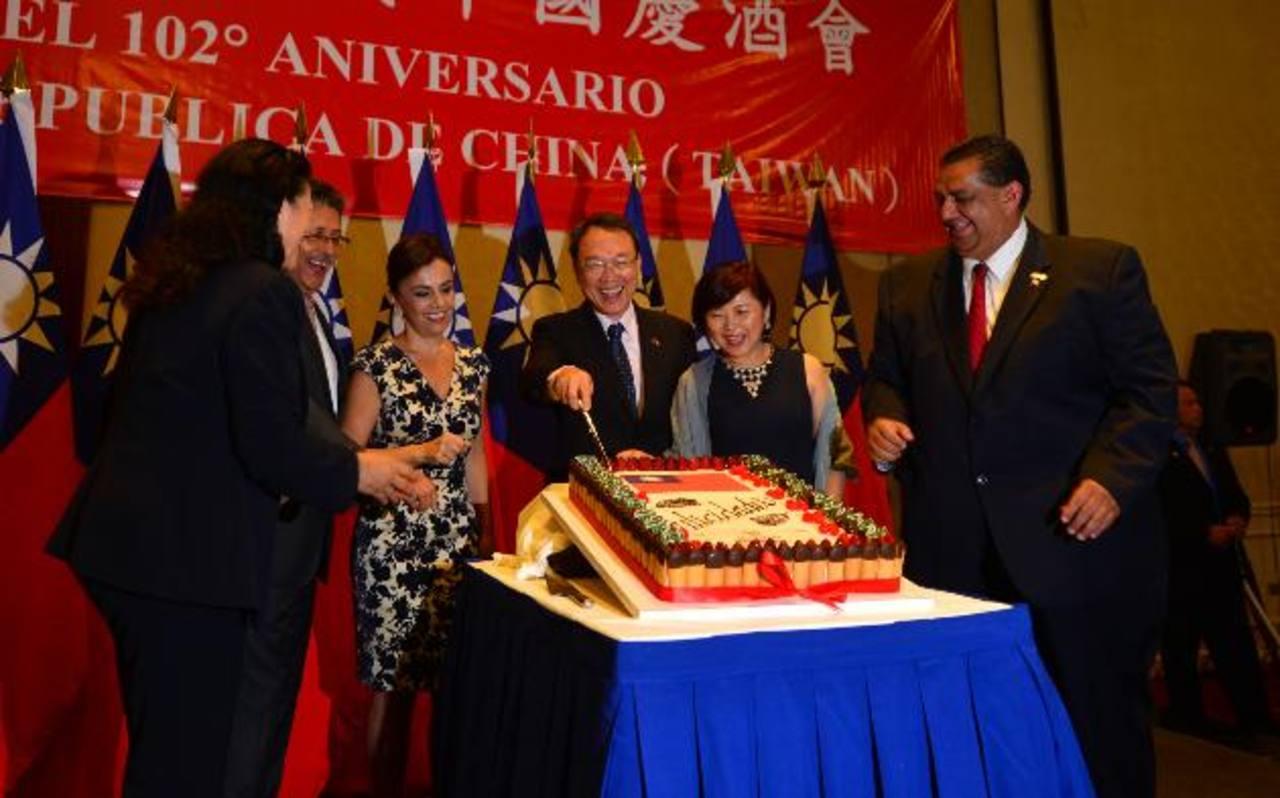 El embajador Jaime Chen, junto a su esposa Mónica de Chen fueron los encargados de cortar el pastel en honor a esta festividad.