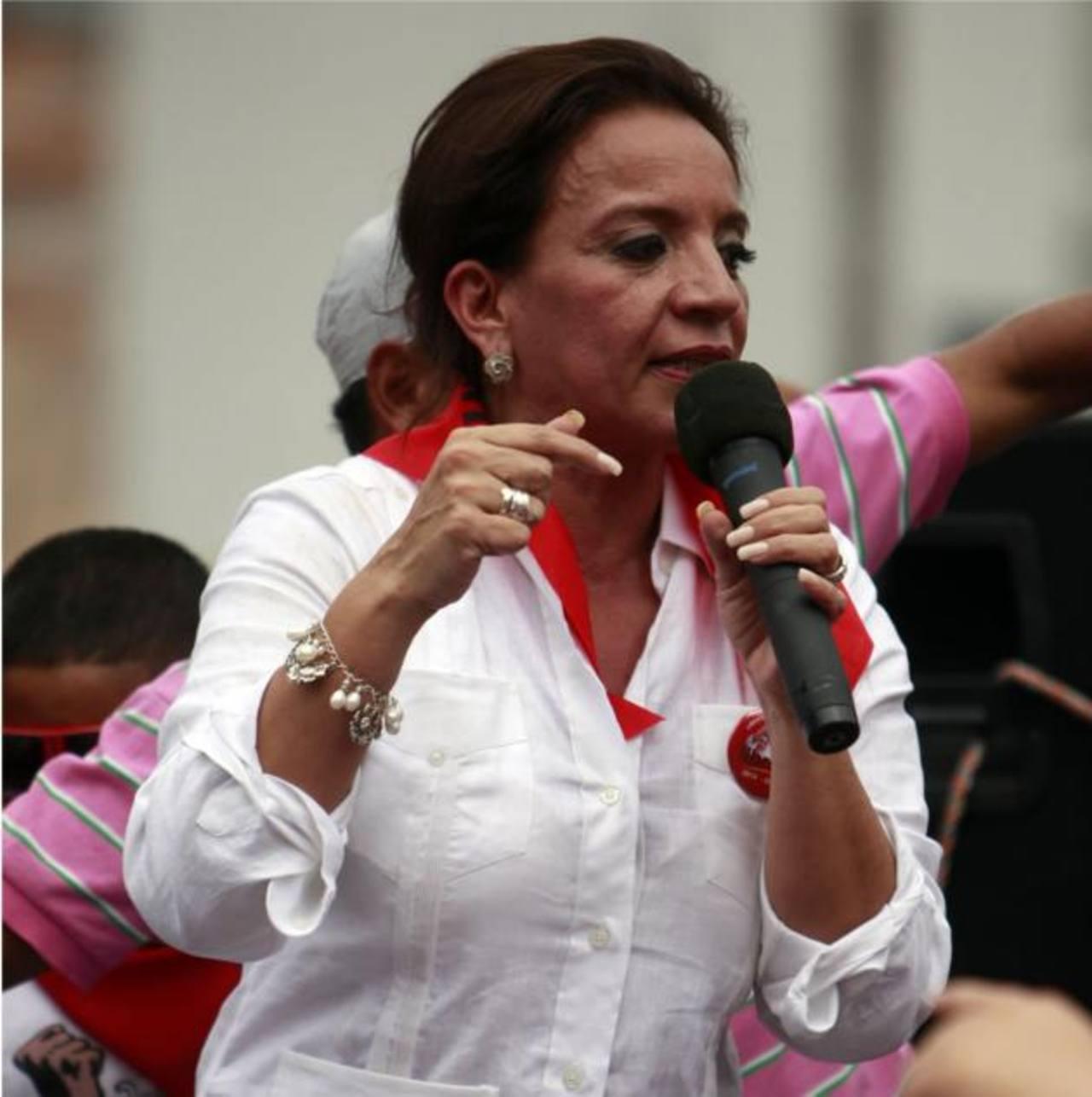 Xiomara Castro, esposa de Zelaya, rubricó el acuerdo.