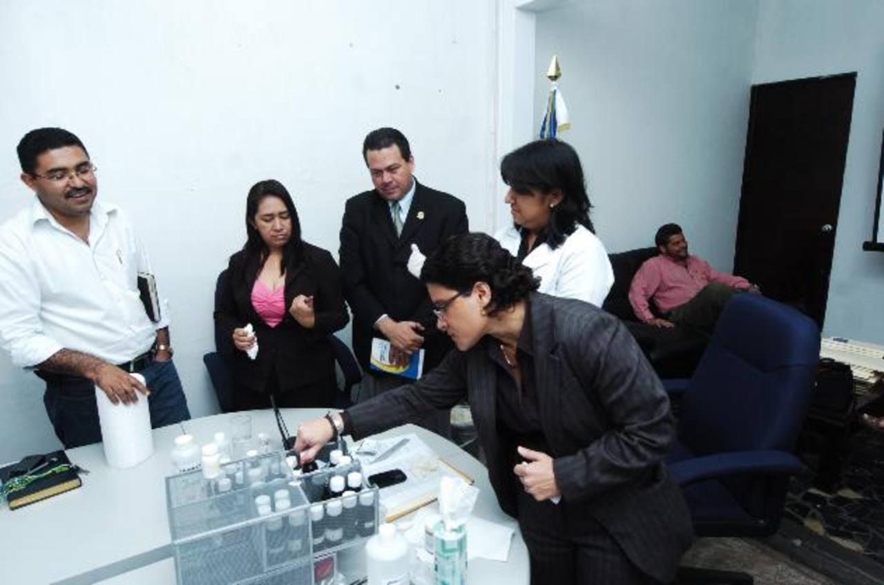 En los comicios de 2012 para alcaldes y diputados, la empresa mexicana Fivamex también proveyó la tinta. Foto EDH / archivo