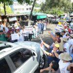 Trabajadores rodeaban los vehículos que se dirigían hacia la Asamblea Legislativa.