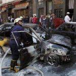 Los bomberos apagan un vehículo incendiado después que dos proyectiles de mortero hicieron impacto en la zona Abu Roumaneh de Damasco. Foto/ AP