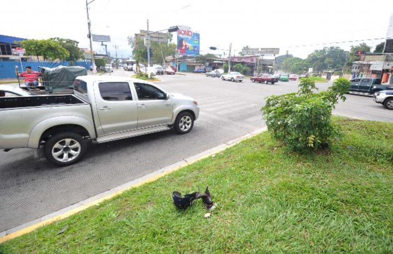 Este es el sitio donde dos sospechosos de transportar droga chocaron en una motocicleta durante la persecución policial. Uno murió y el otro resulto herido. Foto EDH / E. Chávez