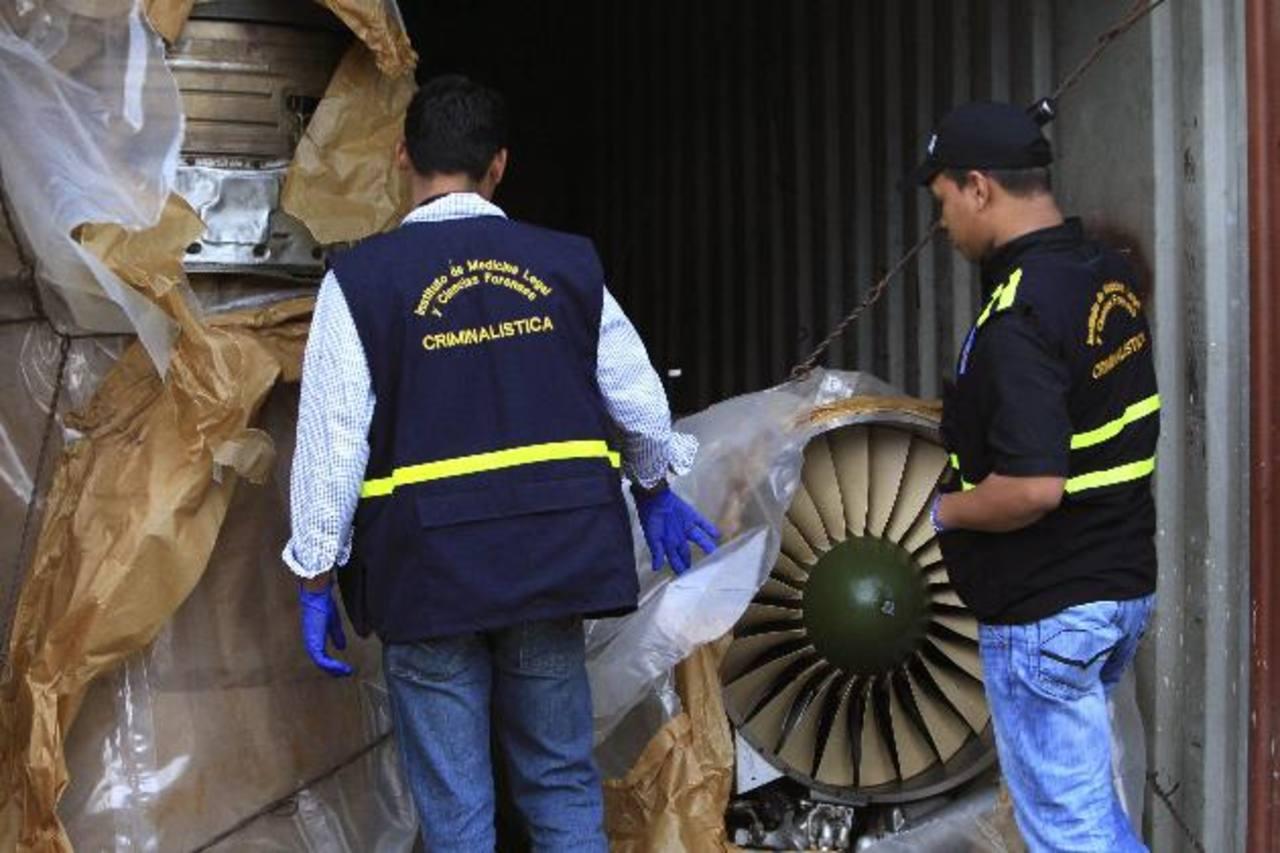 """Investigadores panameños revisan las piezas de los aviones encontrados en el barco de bandera norcoreana """"Chong Chon Gang"""", que procedía de Cuba en julio pasado. foto edh / archivo"""