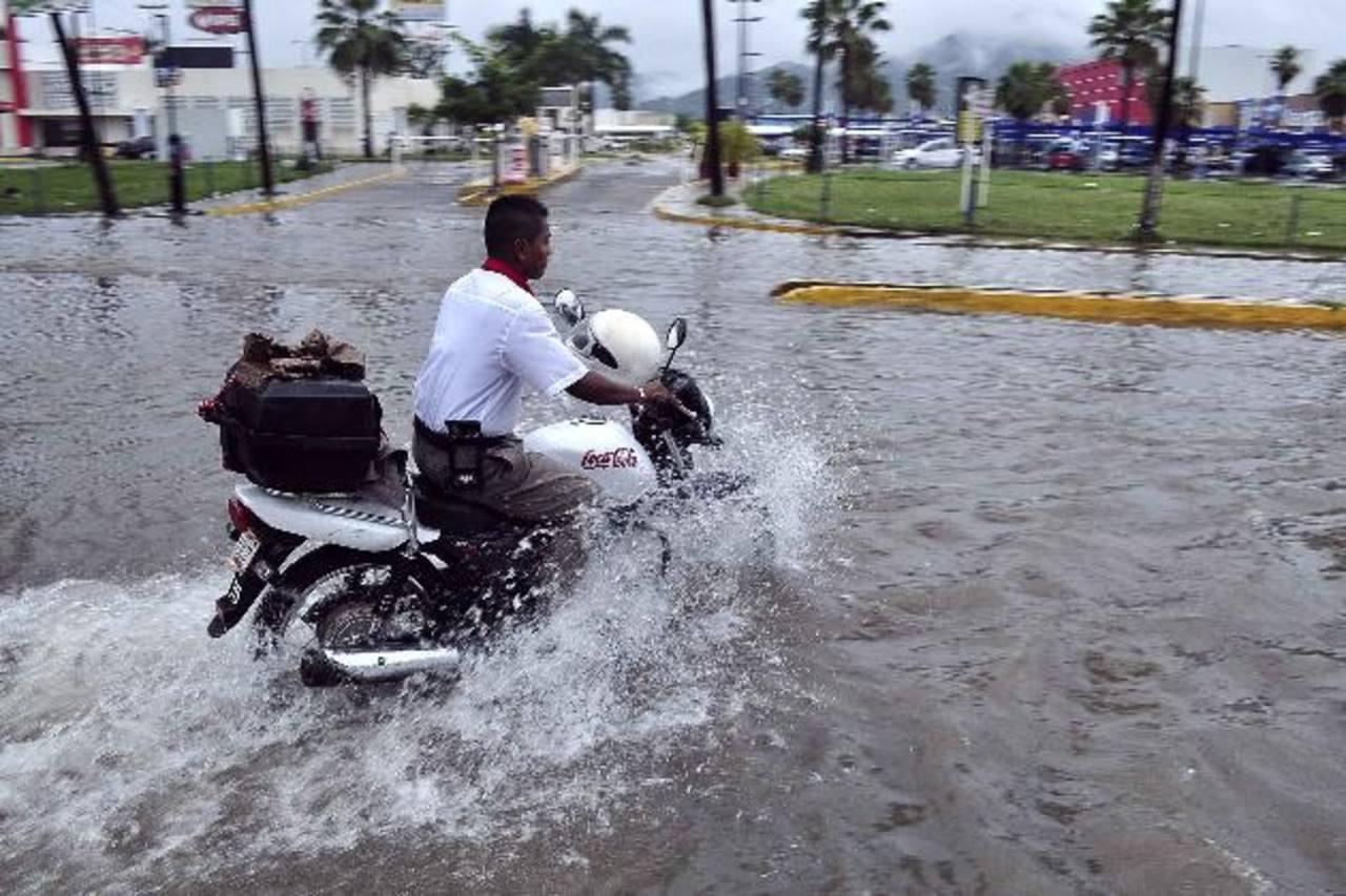 Las lluvias provocadas por Raymond inundaron algunas calles de Acapulco. Foto/ Reuters