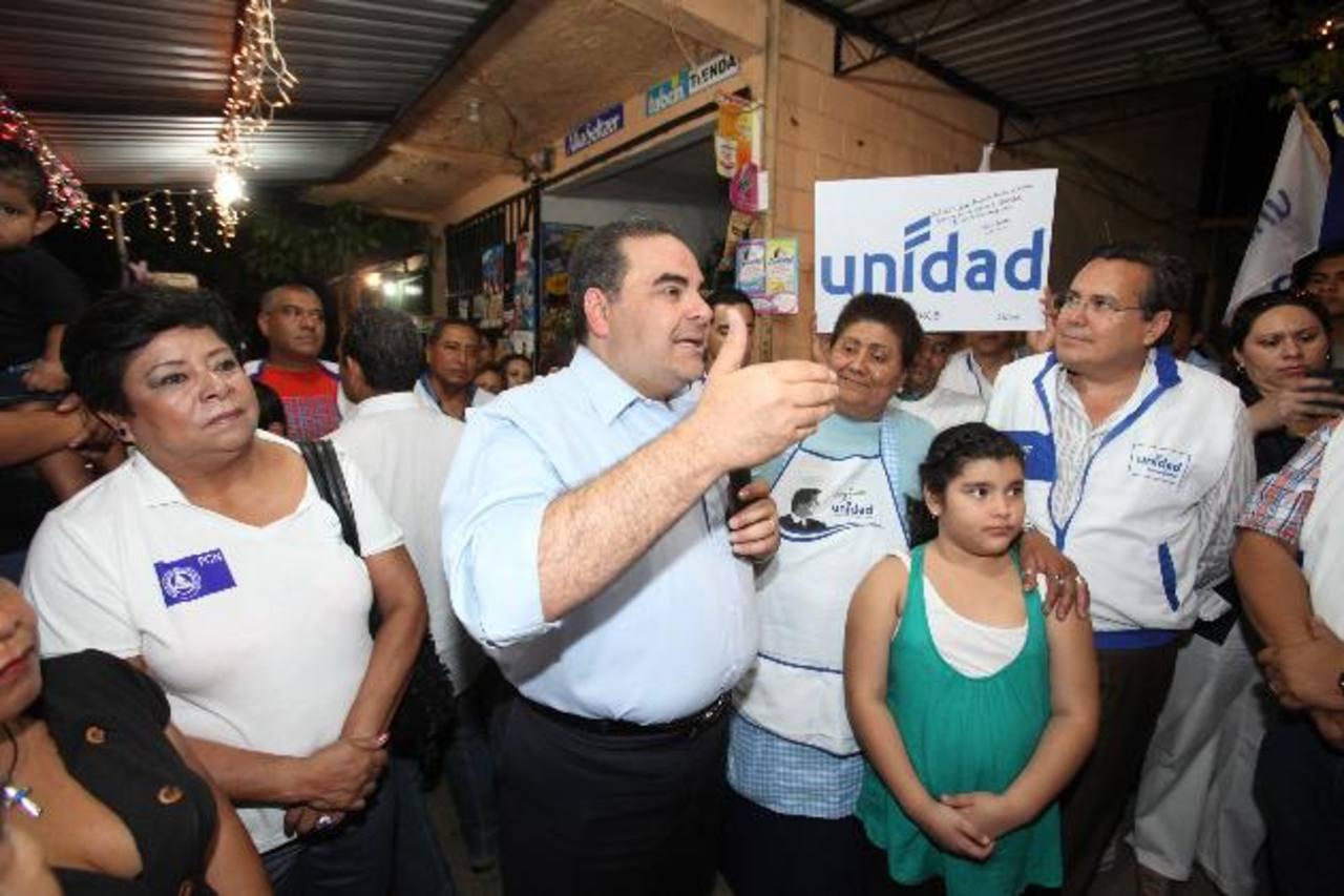 Tony Saca fue acompañado por Francisco Laínez, su compañero de fórmula, durante su visita a la comunidad Acovit. foto edh / cortesía