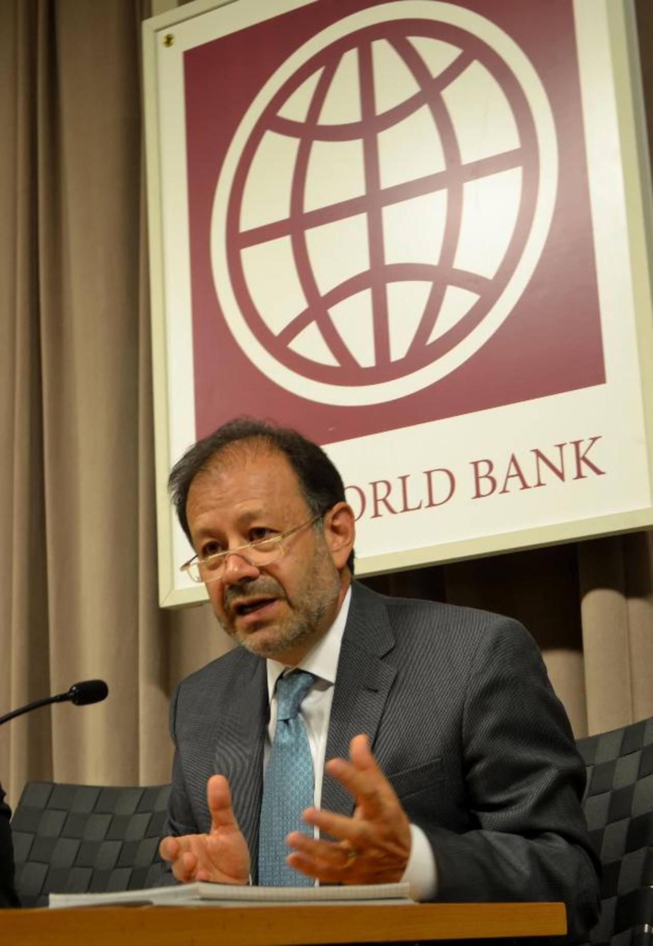 El director en jefe del Banco Mundial para la región, Augusto de la Torre, durante su intervención. Foto EDH/ tomas guevara