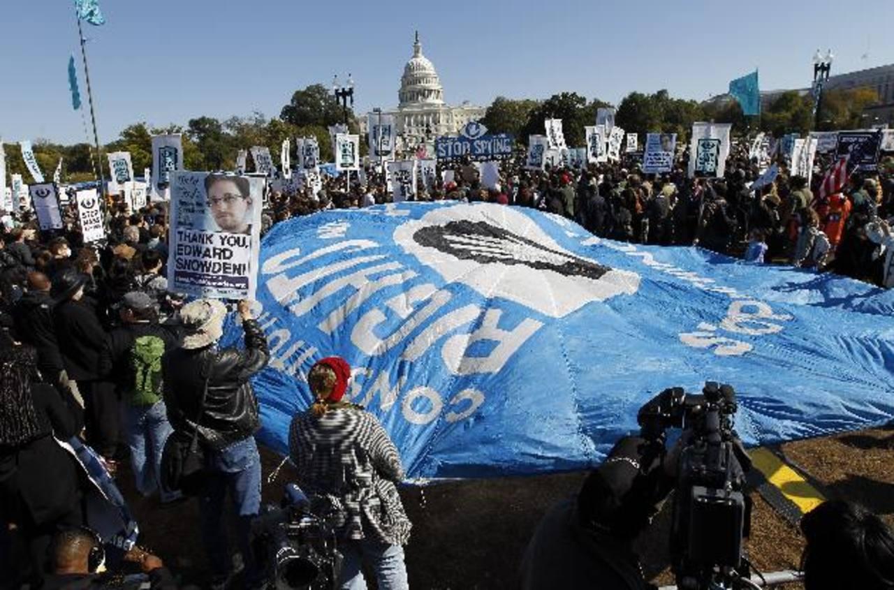 Los manifestantes realizaron el mitin cerca del Capitolio para exigir que el Congreso investigue los programas de vigilancia de masas de la NSA. foto EDH /AP