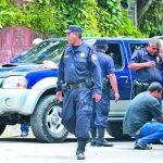 Auto en el que dos hermanos fueron asesinados ayer en Tenancingo. Los asesinos dispararon no menos de 33 balas calibre 5.56 mm, usado en fusiles como el M-16. Foto EDH / Claudia Castillo