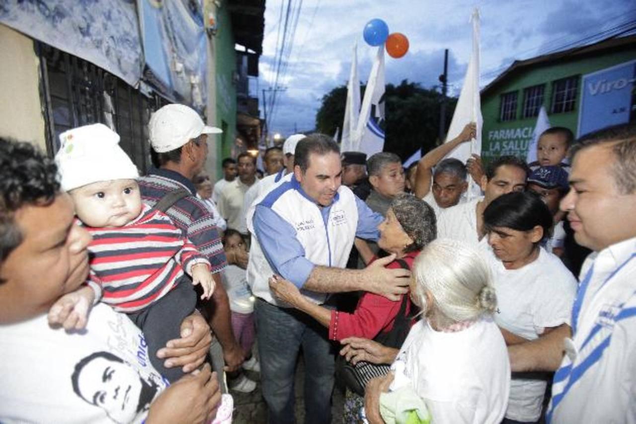 Tony Saca durante su visita en el centro de Cojutepeque. Foto EDH /cortesía