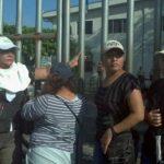 Miembros del sindicato de la alcaldía de Mejicanos cerraron el ingreso al edificio municipal. Alcaldesa asegura que esto impedirá el pago a 525 trabajadores. FOTO EDH/M. Hernández