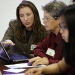 Maia Weinstock, a la izquierda, graduada de la Universidad Brown, trabaja con la profesora de la institución Anne Fausto-Sterling, en la escuela en Providence, Rhode Island. Foto/ AP