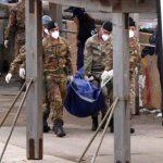 Soldados italianos llevan bolsas con cadáveres en la isla de Lampedusa. Foto/ AP