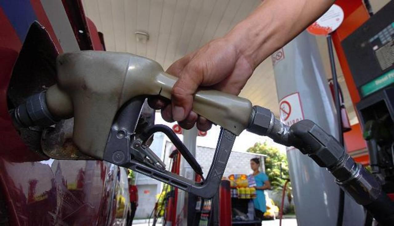 Precios de combustibles bajan entre $0.01 y $0.04