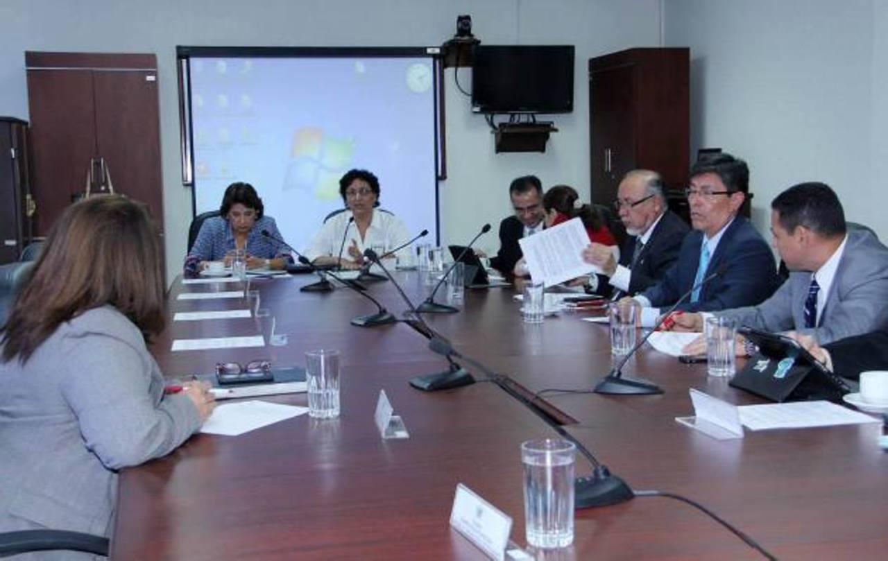 La Comisión de Hacienda de la Asamblea esperó ayer al ministro de Educación, Hato Hasbún, pero el funcionario no llegó.