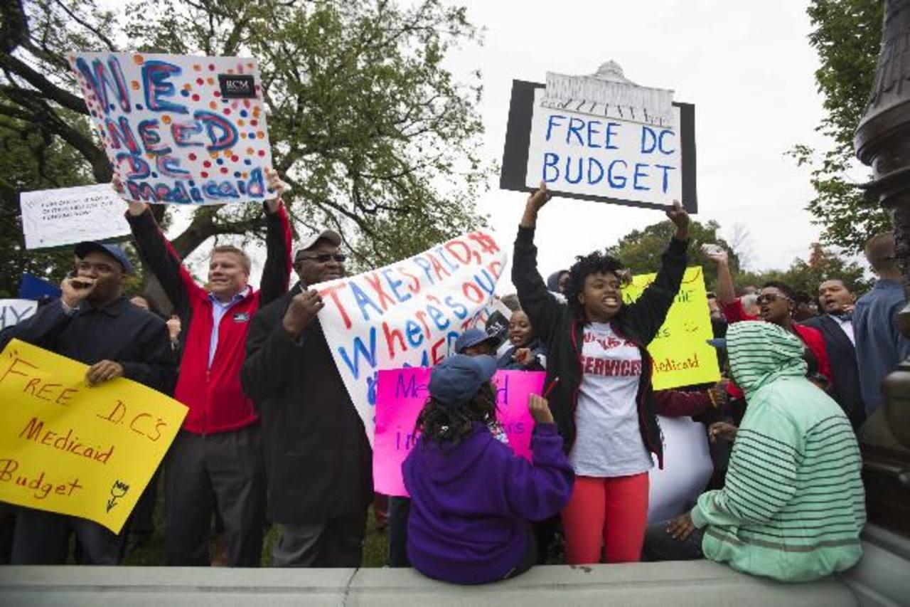 Decenas de personas durante una concentración para solicitar al Senado el desbloqueo del debate sobre el presupuesto. foto edh / efe