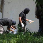 Policías buscan evidencia en la zona donde fue acribillado un hombre en Colón, La Libertad. Foto EDH / Claudia Castillo
