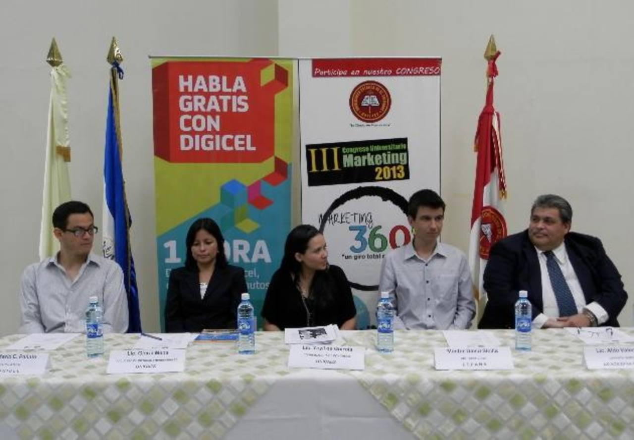 Los organizadores del evento anuncian la temática y a los ponentes del congreso. Foto EDH