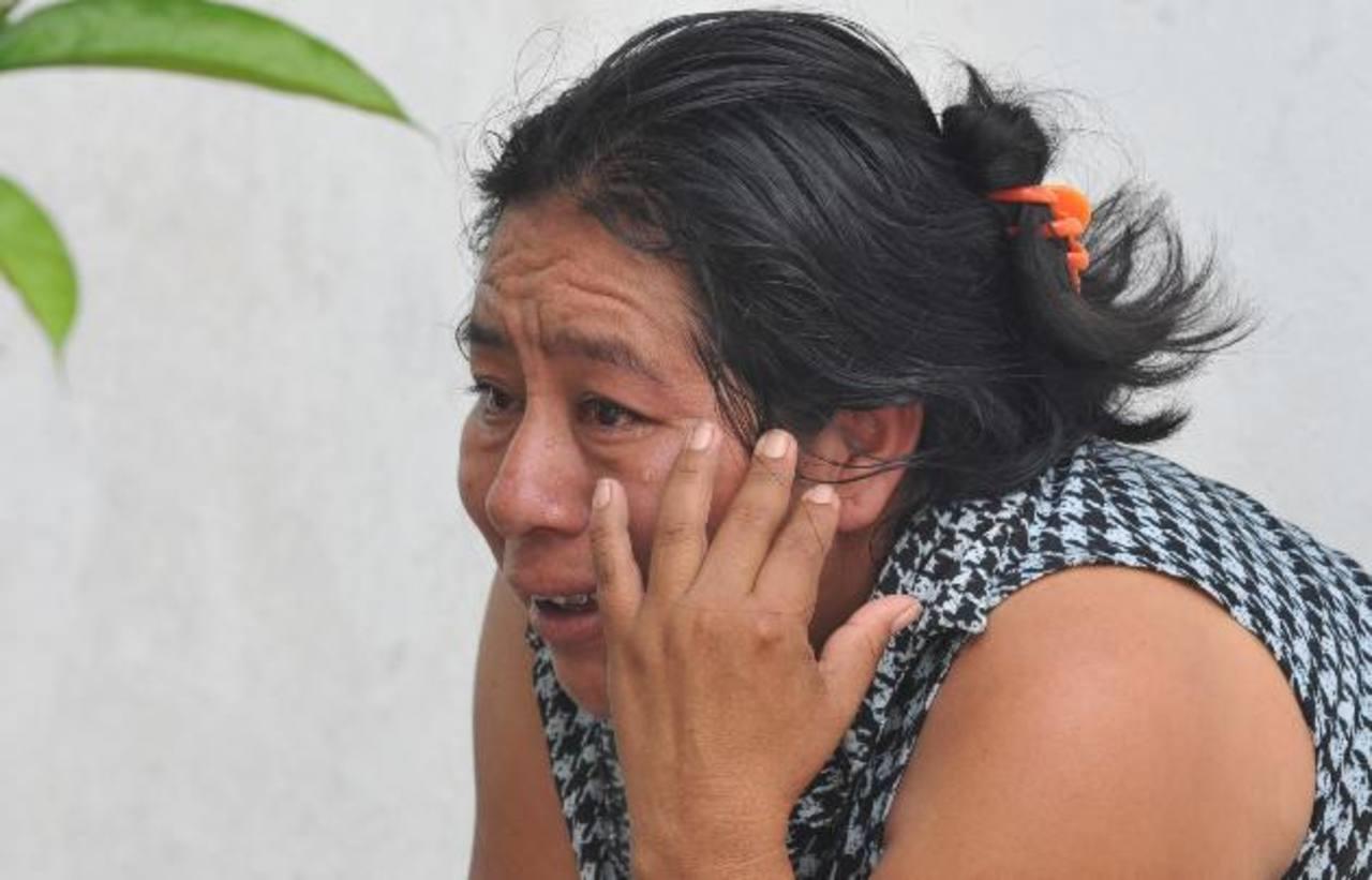 La madre de uno de los jóvenes asesinados ayer en San Martín llegó ayer a identificarlos. Foto EDH / Éricka Chávez